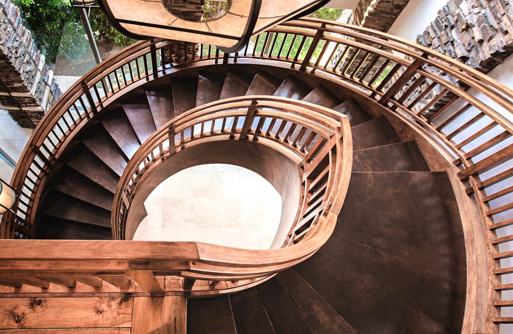 luxe-estates-stairway